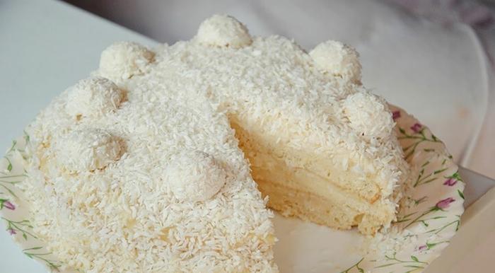 eine weiße Torte mit weißer Creme, Kokosraspeln, Raffaello Pralinen, Torte selber machen