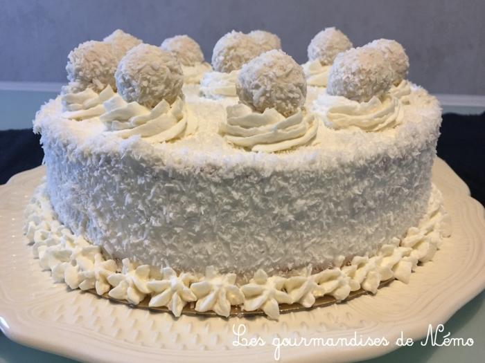 eine schneeweiße Torte mit gelben Creme für die Blüten, Torte selber machen