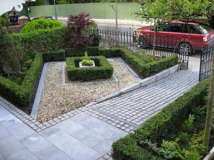 rotes auto und ein kleiner vorgarten mit grünen pflanzen und steine für vorgarten, gartenweg anlegen