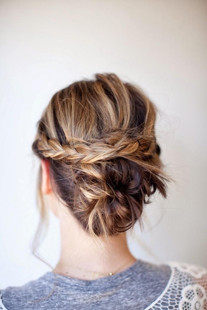 einfache frisuren, lockerer dutt mit zwei zöpfen, braune haare mit blonden strähnen