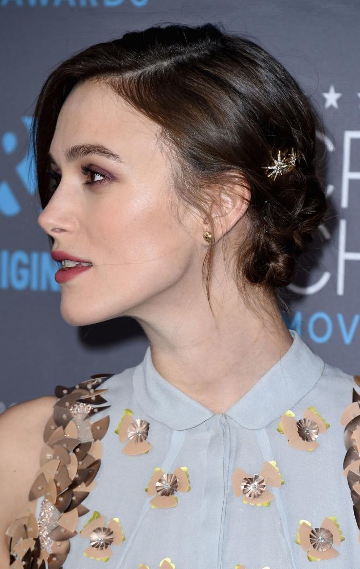 einfache frisuren, keira knightley, make up in braun, hellblaues hemd mit goldenen elementen