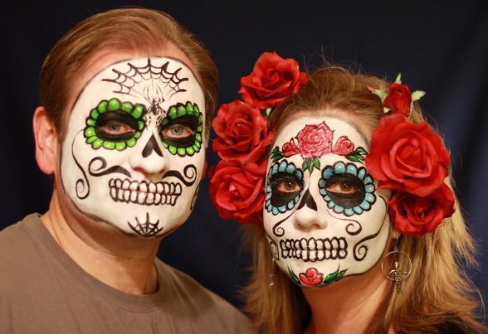 halloween schminktipps für paare, inspiration von den mexikanischen totenköpfen schöpfen, blumen in den haaren