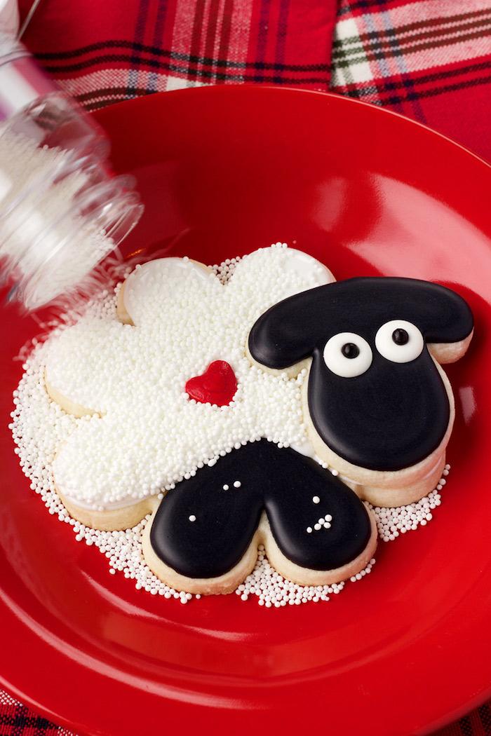 Schaf Plätzchen mit Zuckerperlen bestreuen, ausgefallene Plätzchen backen und dekorieren