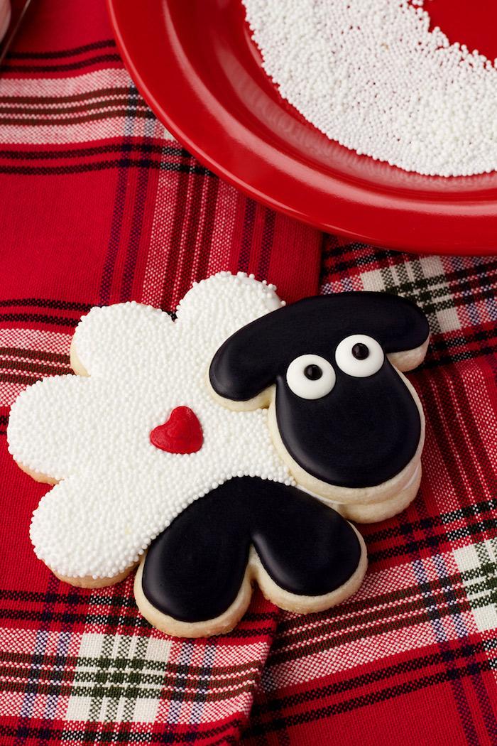 Plätzchen als Schaf selber backen und dekorieren, ausgefallene Idee für Kinderparty