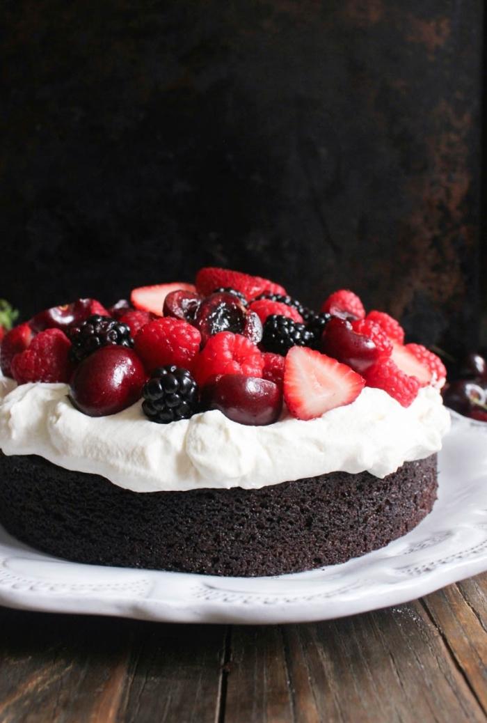 einfacher kuchenteig, kuchen mit kakao, weiße schlagsahne und beeren, schnelles dessert