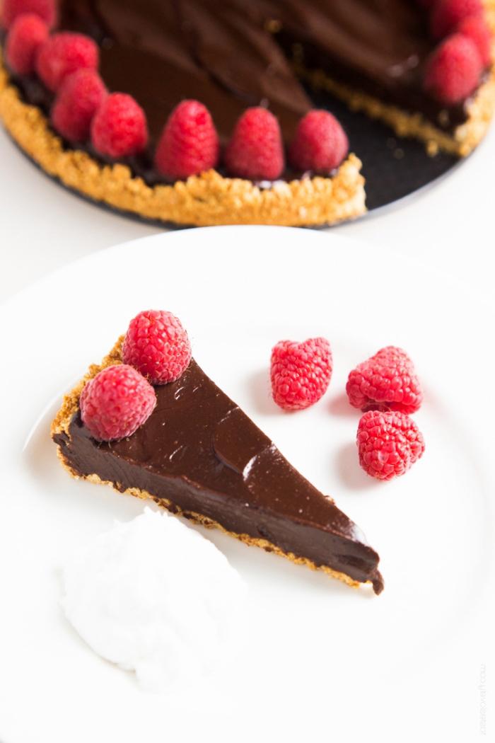 einfacher schokoladenkuchen, tarte mit schokolade garniert mit himbeeren, torte mit keksboden