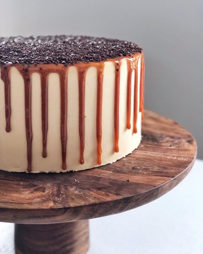 torte selber machen, einfacher schokoladenkuchen, tortenständer aus holz, karamellsoße