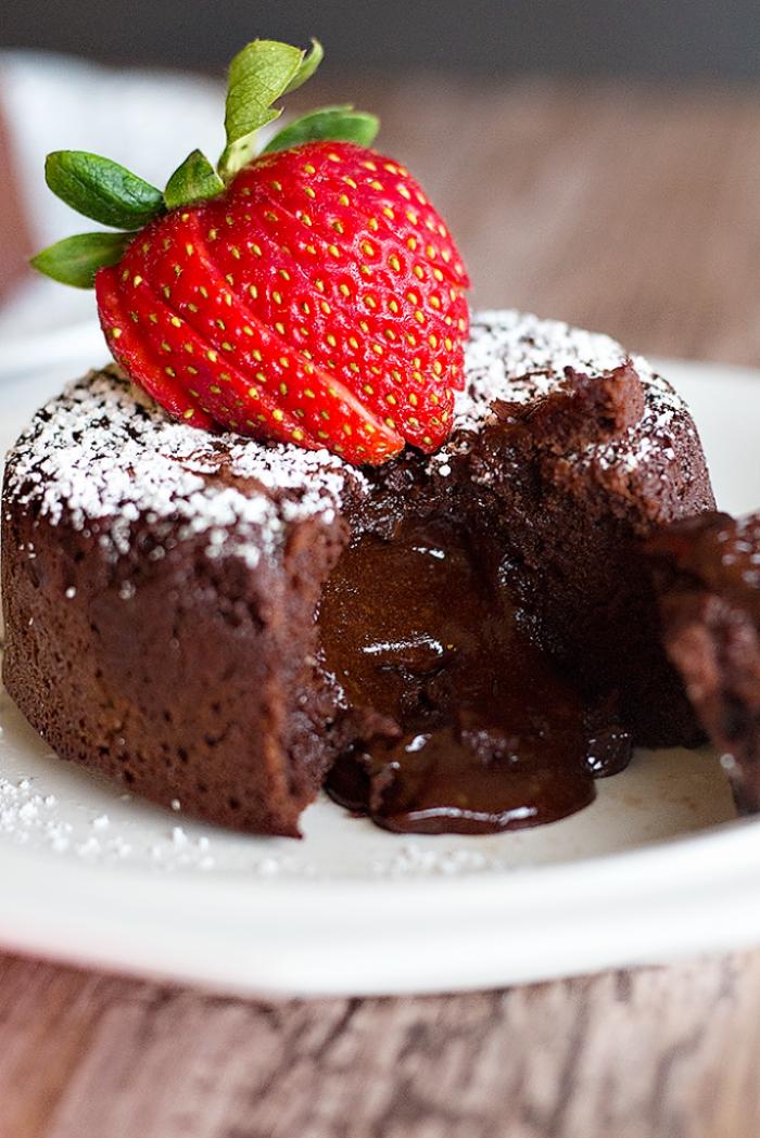einfacher schokokuchen, lava kuchen selber machen, geschmolzene schokolade, erdbeeren