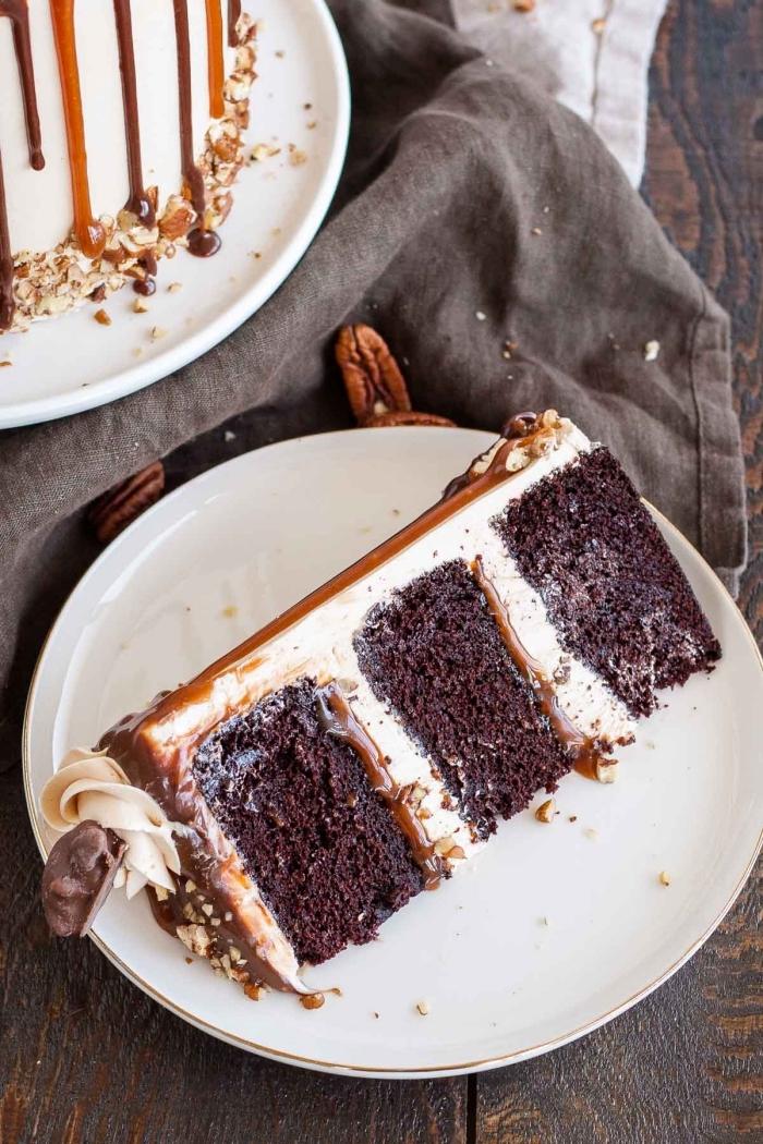 einfacher schokuchen, schnelle rezeote, torte mit tortenboden mit kakao garniert mit sahne, karamellsoße
