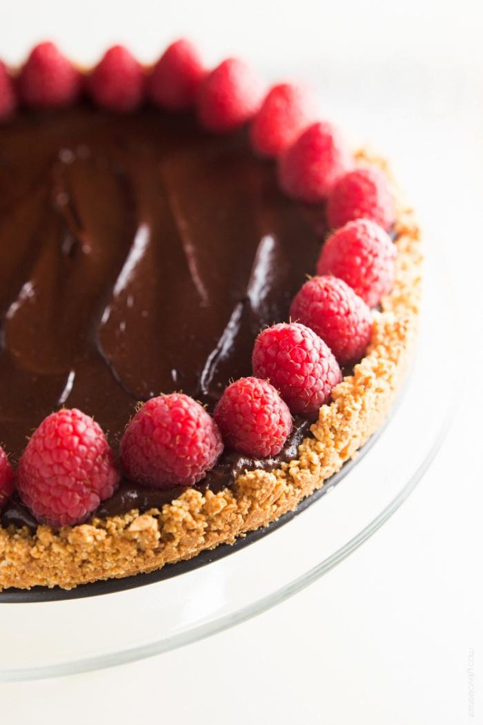 einfacher schokoladenkuchen, tortenboden aus butterkeksen, tarte mit schokoale und himbeeren