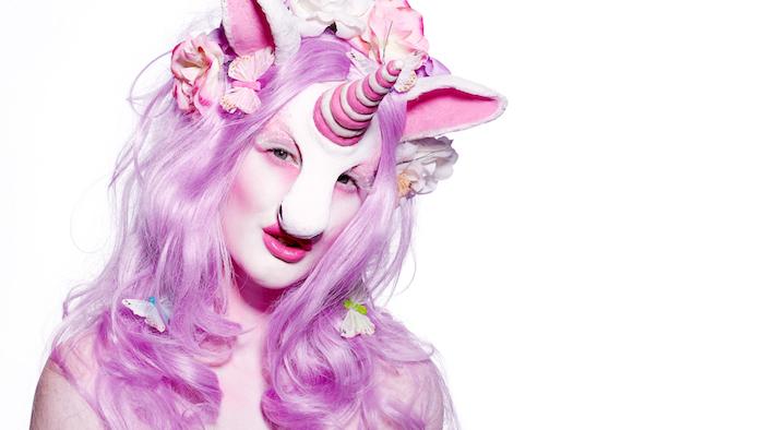 langes pinkes haar für halloween einhorn kostüm für frauen, einhorn bilder, ein einhorn mit schmetterlingen und pinken blumen und einem kleinen pinken horn und violetten lippen