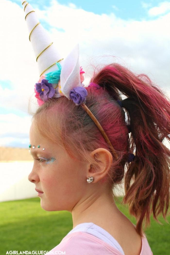 einhorn schminken kinder, rosa haare, kopfschmuck mit blumen, halloween make up kind