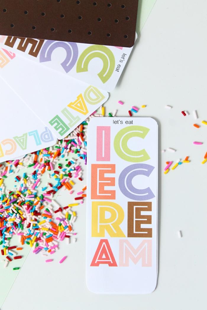 Einladungskarten erstellen, auf der Karte ist Icecream geschrieben und sie fördert Eis zu essen