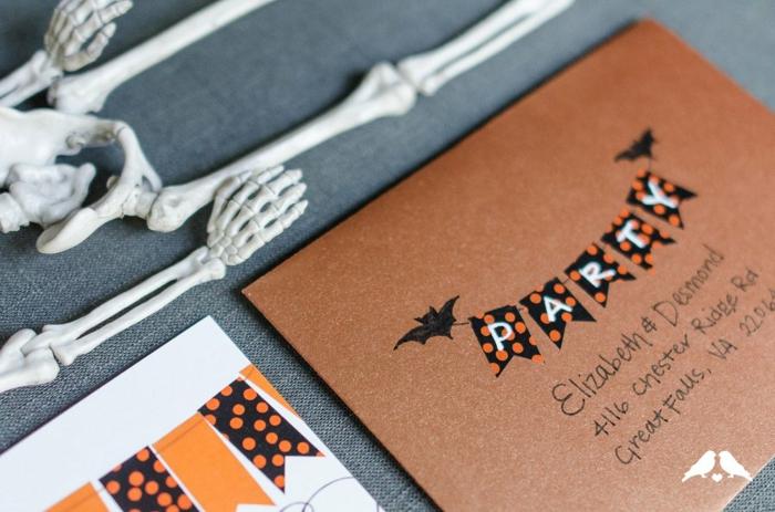 gruselige Einladung zu Halloween, die in einem dekorierten Briefumschlag zu stecken ist, Einladung erstellen