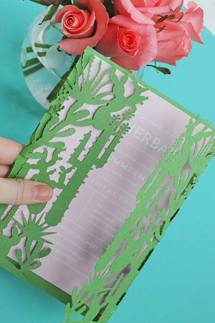 rosa Einladungskarte zur Babyparty mit einem Umschlag mit kleinen Kakteen, Einladungskarte selber basteln