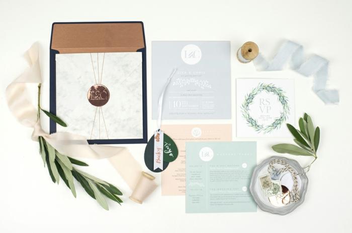 alles, was der Briefumschlag enthält, die Initiallen des Brautpaares sind überall, Einladungskarten selber basteln