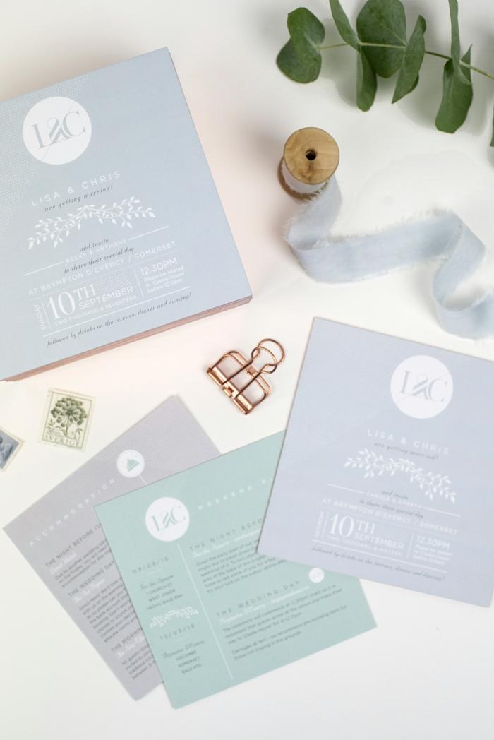 eine Menge blaue und lila Einladungskarten selber basteln und mit lila Schleife verzieren