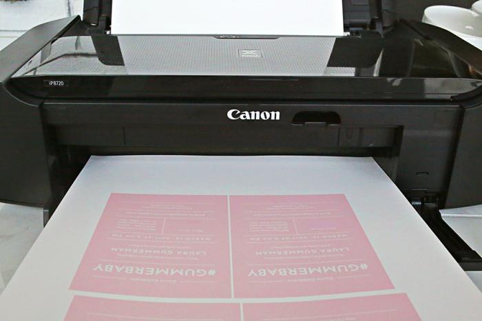 Einladung basteln, rosa Einladungskarten mit weißen Buchstaben drucken, vier auf einmal