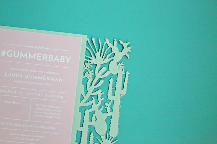 eine rosa Karte mit weißen Buchstaben umrandet von grünen Kakteen, Einladung basteln