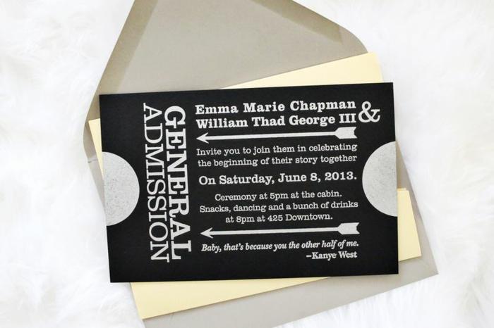 schwarze Karte mit weißer Schrift in einem gelben Briefumschlag, Einladung basteln zur Hochzeit