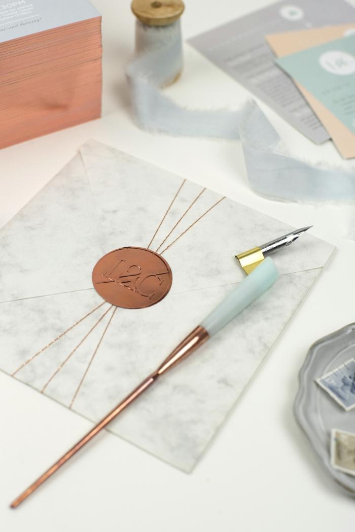 ein Briefumschlag mit Wachs gestäpelt, mit den Initiallen des Brautpaars, Einladungskarten selber basteln