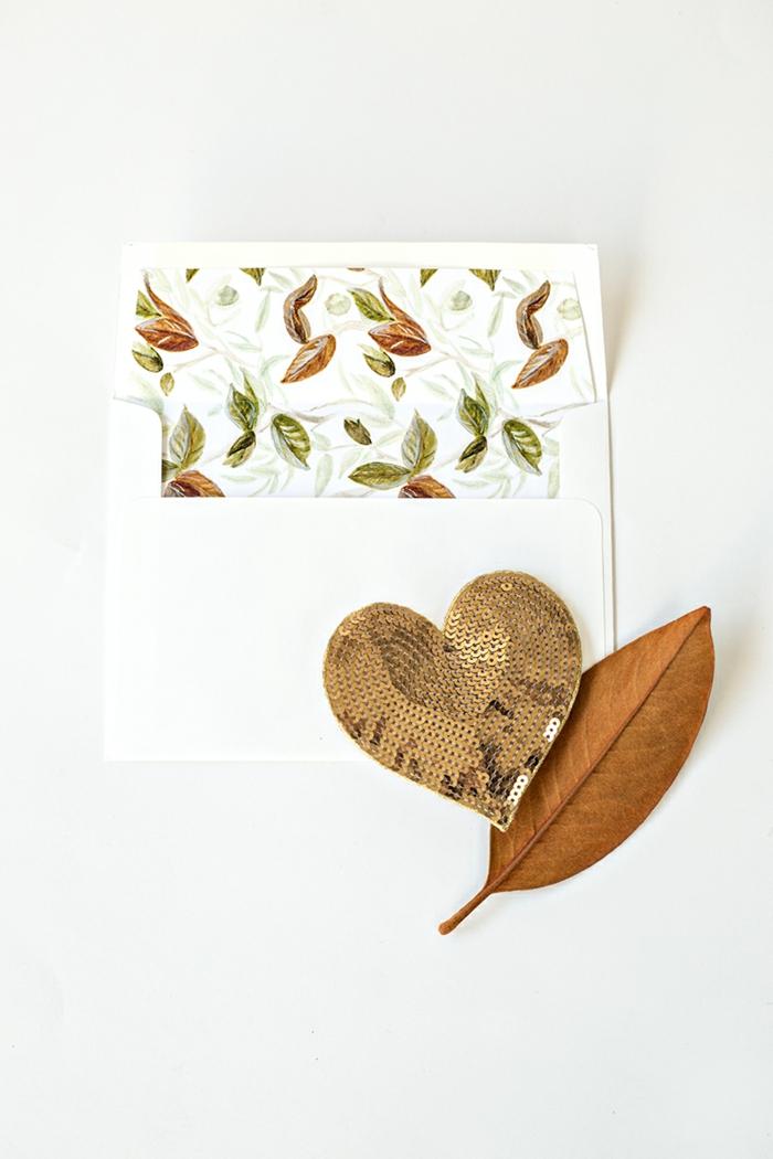 Einladungskarten gestalten und in einem schönen Briefumschlag stecken, Einladung zur Hochzeit im Herbst