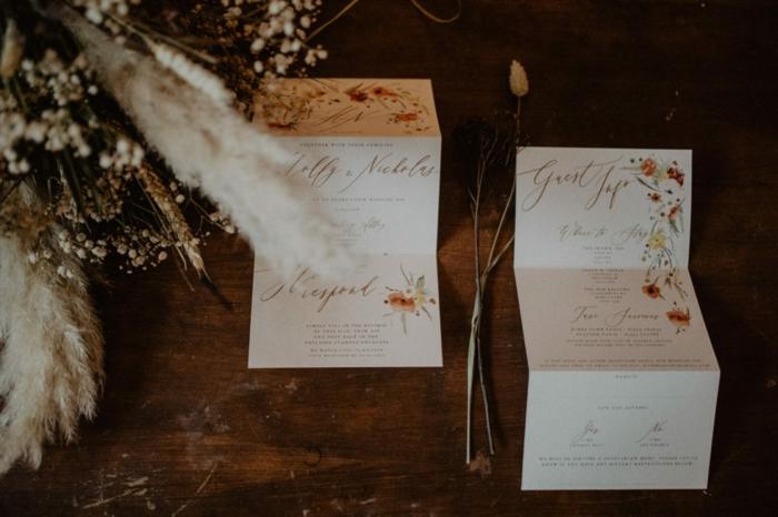 gefaltete Einladungen für eine Hochzeit, Einladungskarten basteln, mit Schmuck wie Blumen
