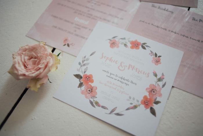 rosa Einladungen zur Hohzeit, kleine Karte mit rosa Blumen in Kranz versehen, eine rosa Rose, Einladungskarten basteln