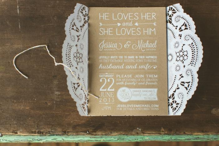 eine Hochzeitseinladung mit Spitze und eine braune Karte mit weißen Buchstaben, Einladungskarten basteln