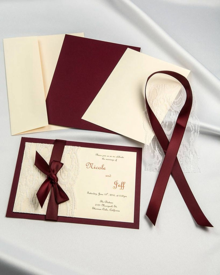 schöne Einladungen zur Hochzeit, rote Kärtchen mit Schleifen in kleinen Briefumschlägen, Einladungskarten basteln