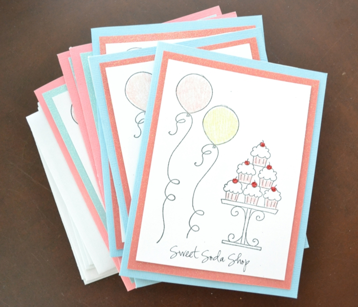 eine Einladung zur Eröffnung eines Ladens, Karten in roter und blauer Farbe, Einladungskarte basteln