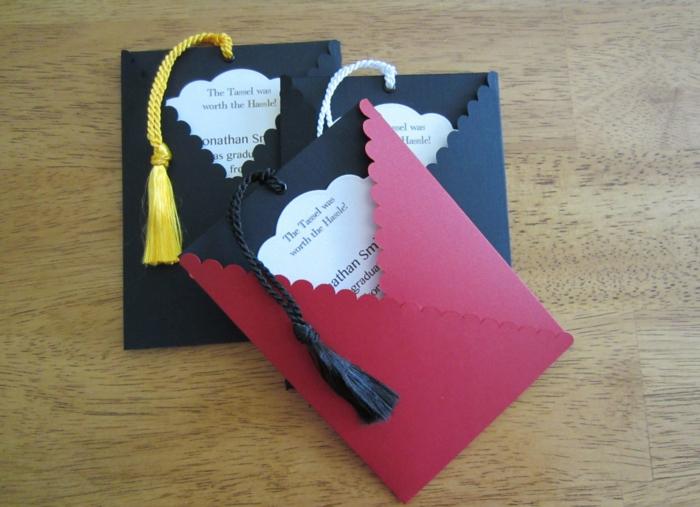 Einladung zur Abiturfeier, schwarze und rote Karten wie Abiturhut, kreative Einladungskarten basteln
