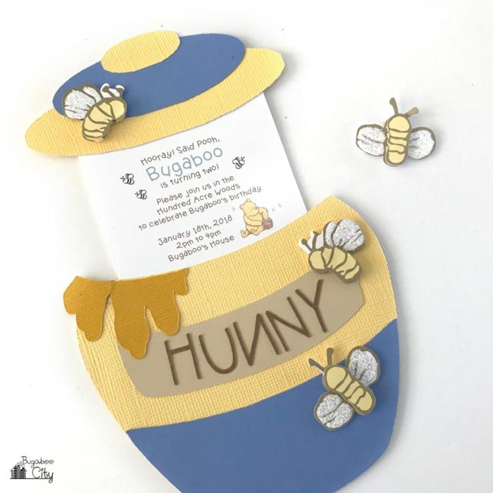 eine Karte mit rollbaren Inhalt in einem Töpfchen aus Papier, Bienen aus Karton, Einladungskarten selber machen