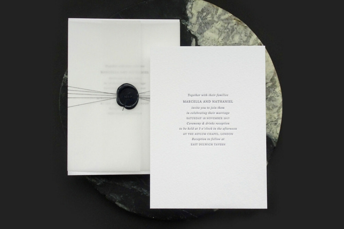 ein weißes Blatt mit einem schwarzen Stempel, eine Hochzeitseinladung, Einladungskarten basteln