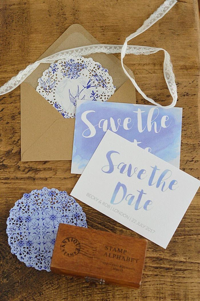 Einladungskarten erstellen, blaue Karte mit weißen Buchstaben und weiße Karte mit blauen Buchastaben