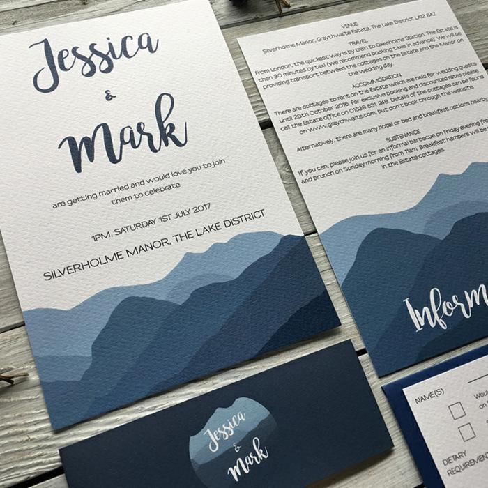 Einladungskarte basteln, blaue Berge als Dekoration, eine Hochzeitseinladung in blauer und weißer Farbe
