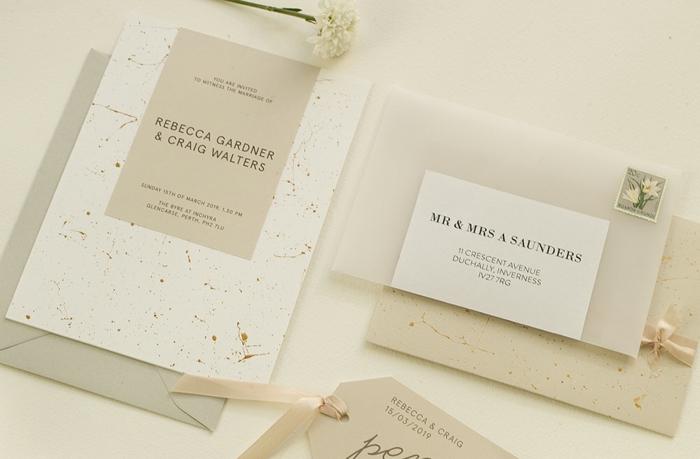 zwei junge Leute wollen sich heiraten und haben schöne Einladungskarten erstellt, Einladungskarten basteln