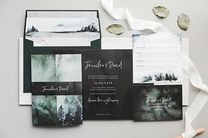 schwarze Karten, Zeichnungen, und die Namen des Brautpaars, Einladungskarten basteln