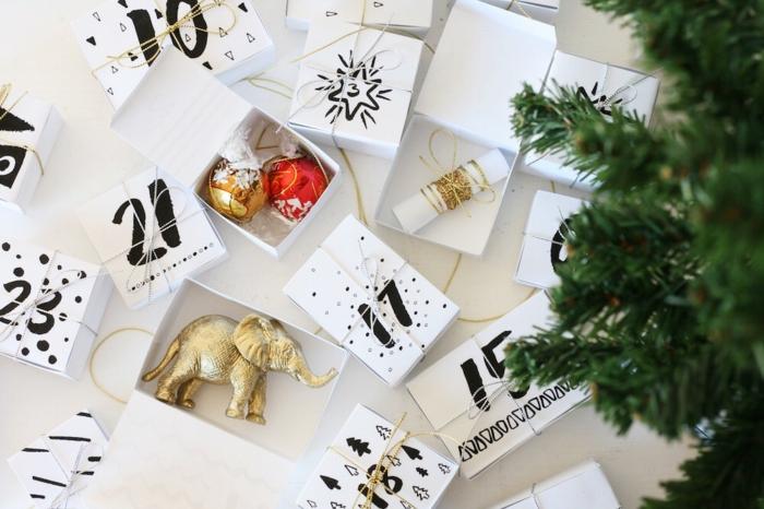 Adventskalender befüllen mit kleinen Spielzeugen, Zettelchen und Süßigkeiten, weiße Schachtel mit schwarzen Nummern