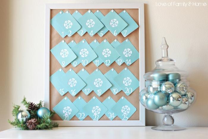 eine Menge blaue Karten mit Schneeflicken beschmückt, blaue und silberne Kugeln, Adventskalender Ideen