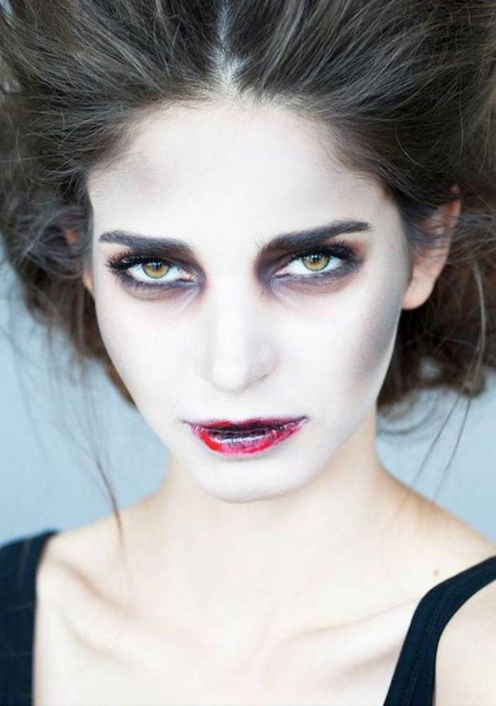 halloween schminke für eine dame die als vampier aussehen will, dunkle schatten unter den augen, helles gesicht,