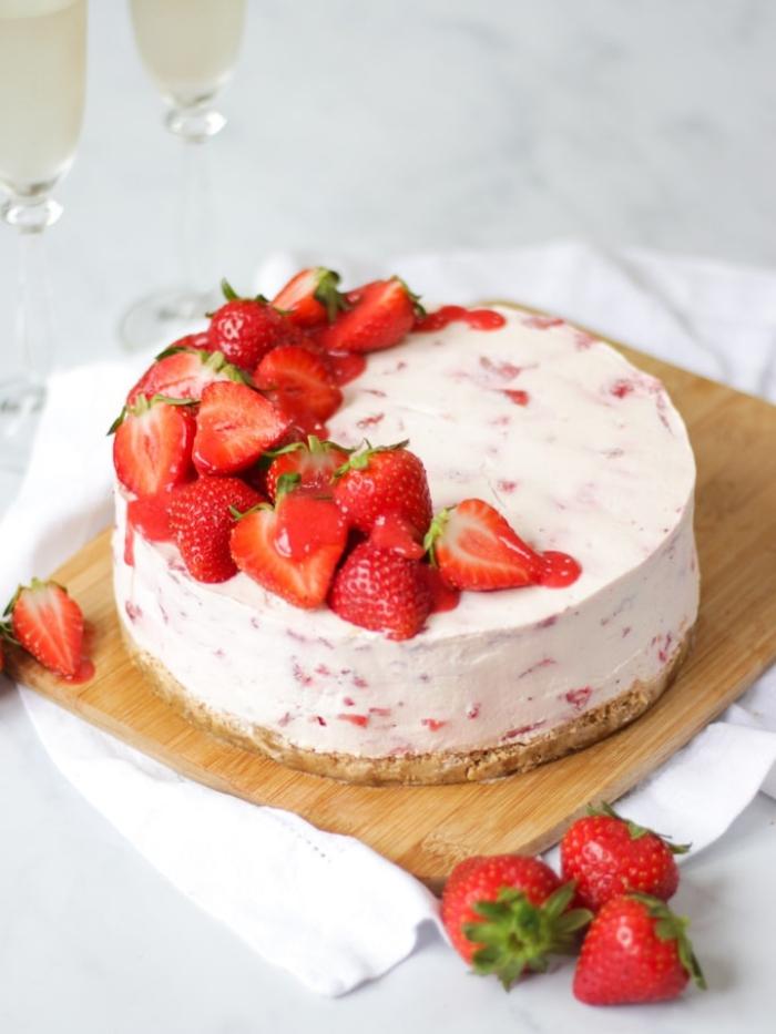 frischkäse kuchen ohne backen, tortengestell aus holz, gote mit erdbeeren, früchte