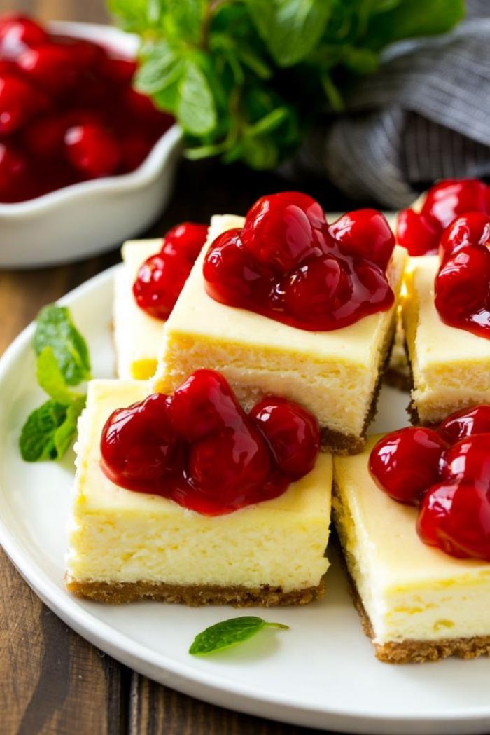 frischkäse kuchen ohne backen, stücke torte mit kirschenmarmelade, sirup, schnelles dessert