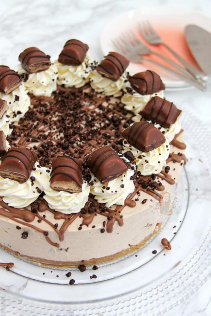 frischkäse kuchen ohne backen, süßigkeiten torte dekoriert mit sahne und kinder bueno stücke