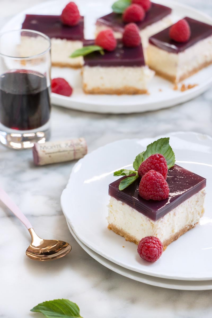 frischkäse kuchen ohne backen, torte mit roter wein dekoriert mit himbeeren und pfefferminze