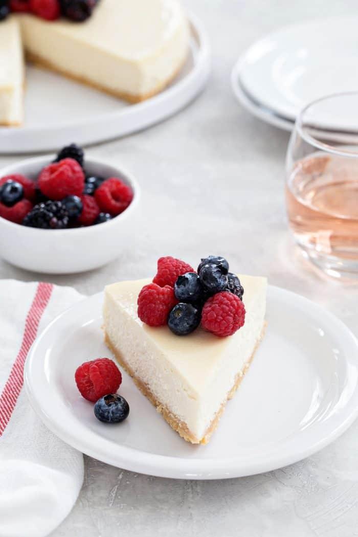 frischkäse kuchen ohne backen, weißer teller, torte philadelphia grundrezept, obst