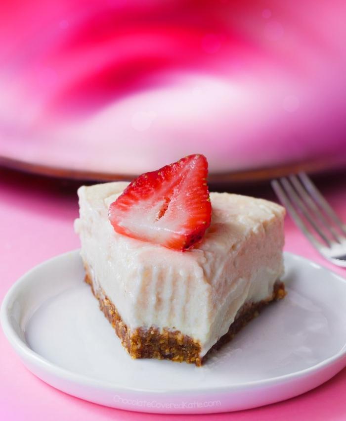 frischkäse kuchen ohne backen, stück torte, weißer teller, gabel, erdbeere