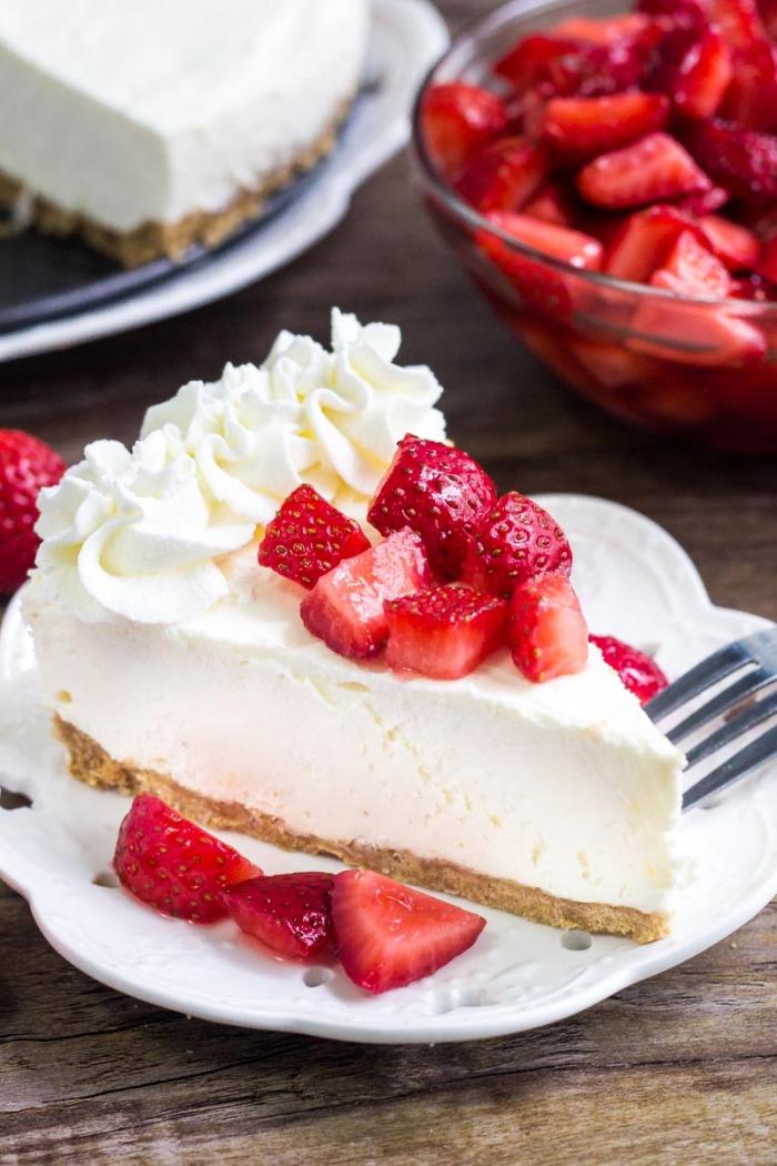 stück torte, frischkäsetorte ohne backen, weiße sahne, stücke erdbeeren, sirup