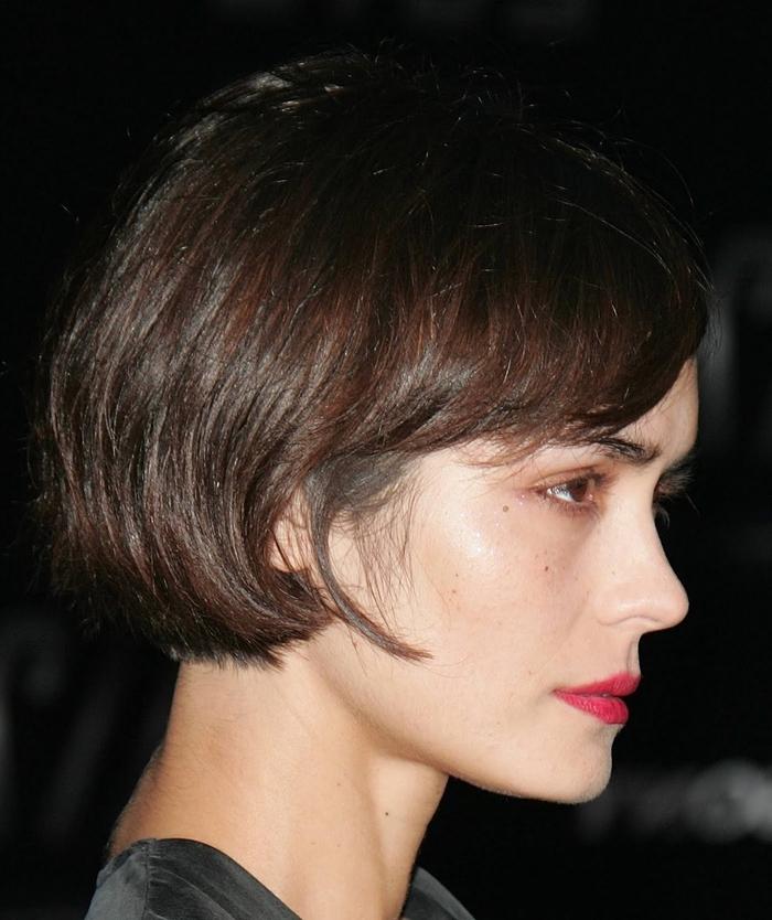 kurzhaarfrisuren bob ideen, dezente wellen, natürliche haarfarbe, kein make up nur lippenstift