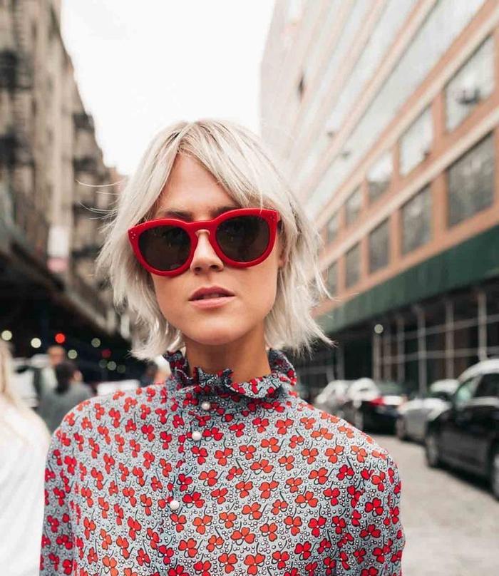 frisuren kinnlang für ganz helles haar, rote brille schwarze deko, ein kleid ohne decolette